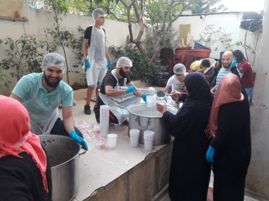 Members of the Cultural Club in Baddawi camp preparing meals to be included in iftar food baskets for Ramadan 2019. (c) M.M. Qasmiyeh and Cultural Club, Baddawi Camp